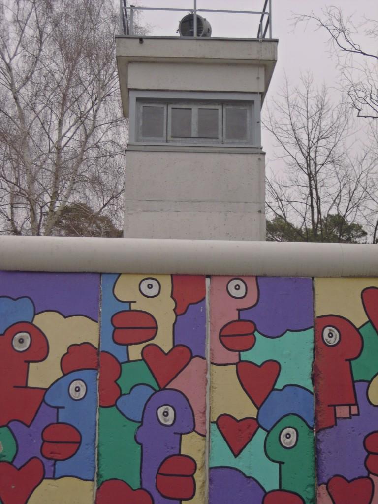 Deel van de Berlijnse Muur met DDR-wachttoren in Alliiertenmuseum Berlijn