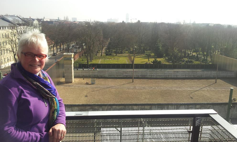 Muur Bernauer-kijkje over muur