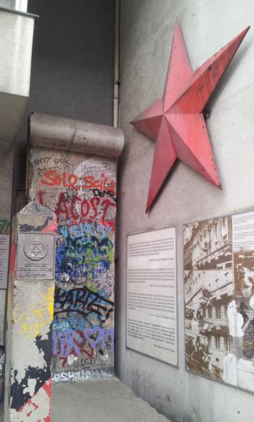 DDR iconen, een grenspaal,, deel van de Muur en de rode ster © Wilma Lankhorst