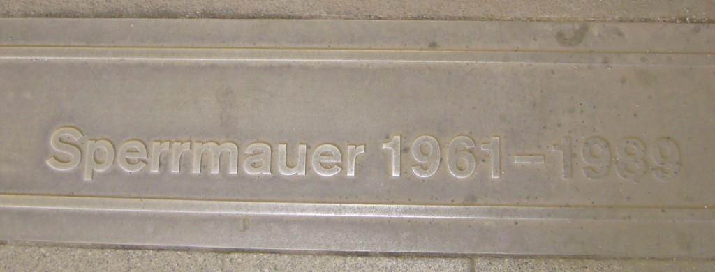 Om te weten waar de Berlijnse Muur stond zie je nu overal markeertekens in het wegdek © Wilma Lankhorst