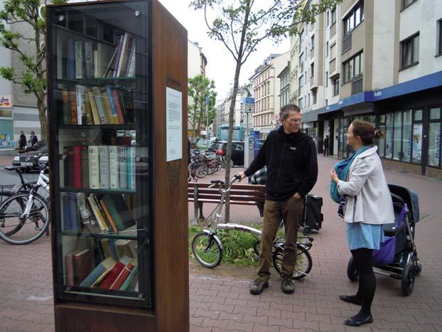 Op verschillende plaatsen in Frankfurt staat gratis leeskasten © Wilma Lankhorst