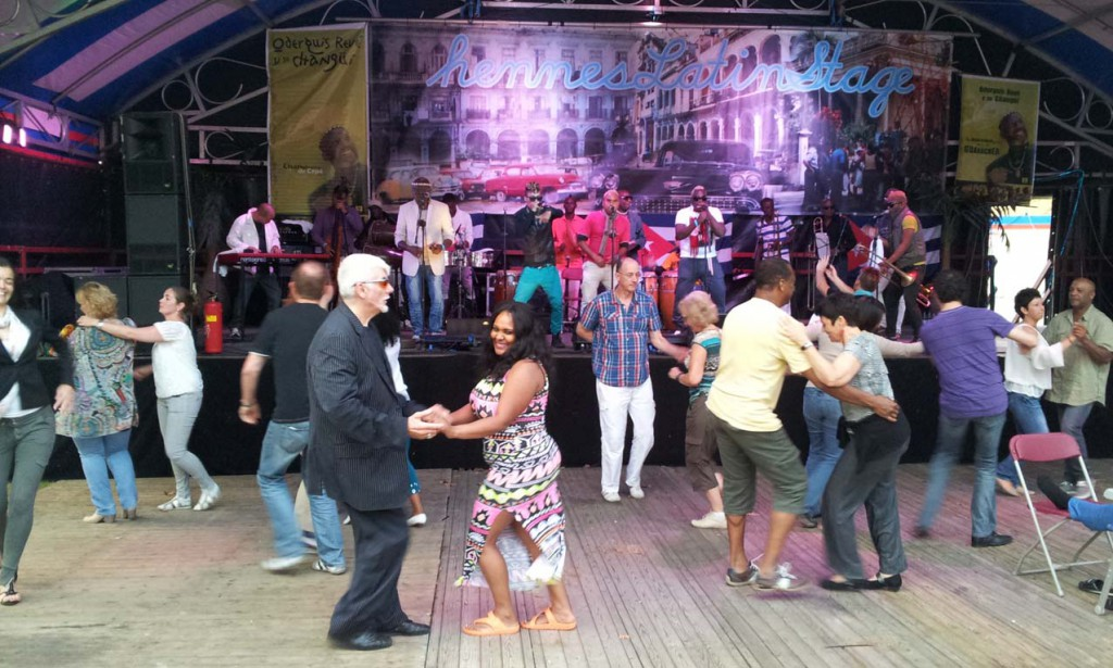 4Daagse feesten dansen bij Hennes Latin Stage © Wilma Lankhorst