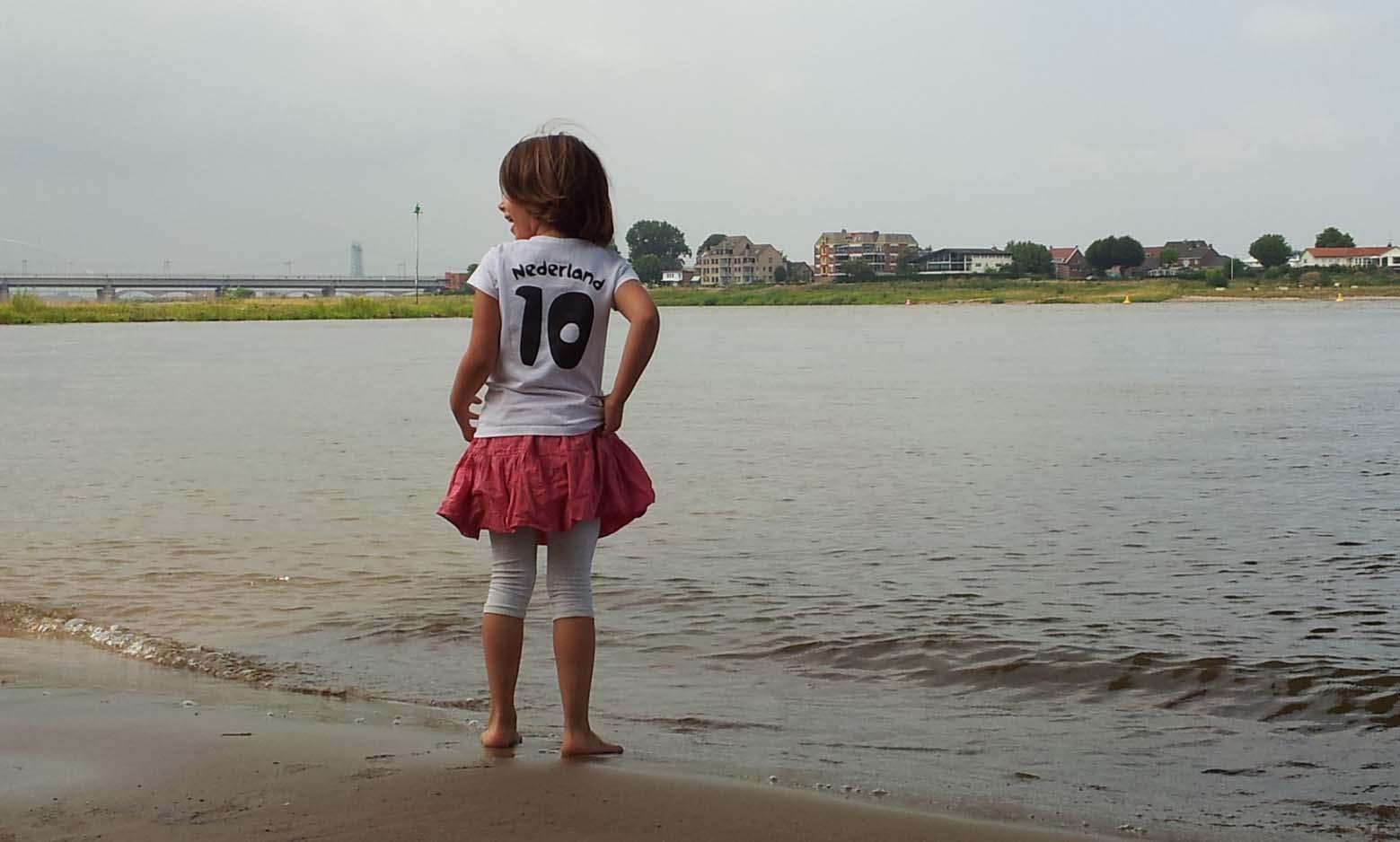 De kaaij kind aan strand NL10