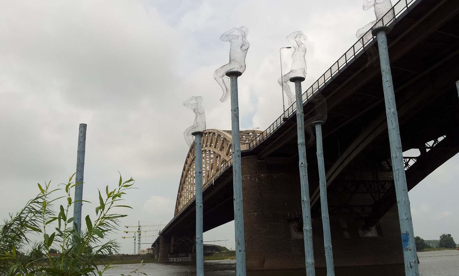 Waalbrug met paalmannan