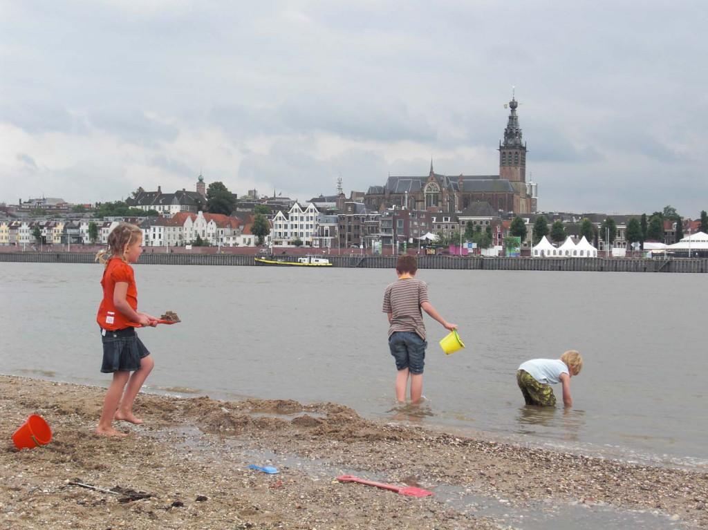 Nijmegen gezien van de Noordoever van de Waal foto Wilma Lankhorst