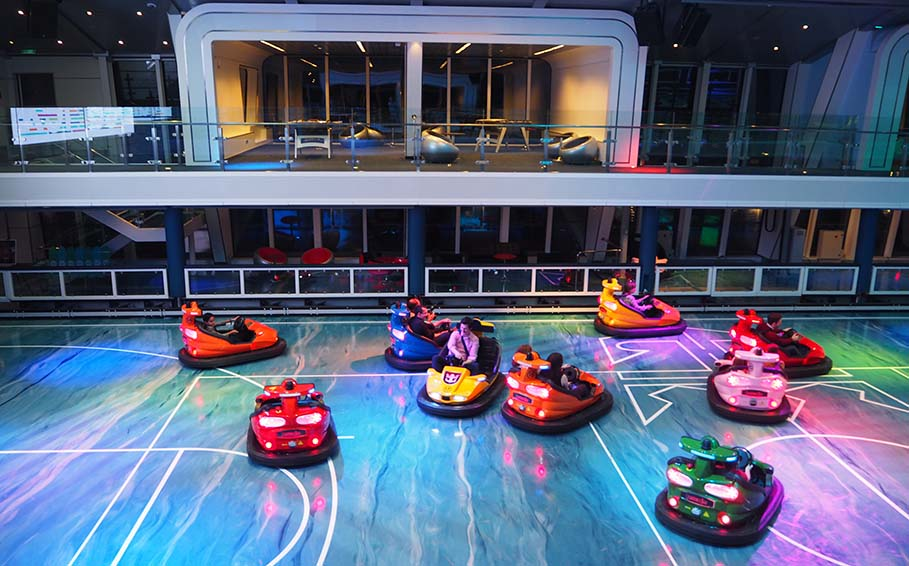 Botsauto's op zee bumper cars at see Quantum of the Seas