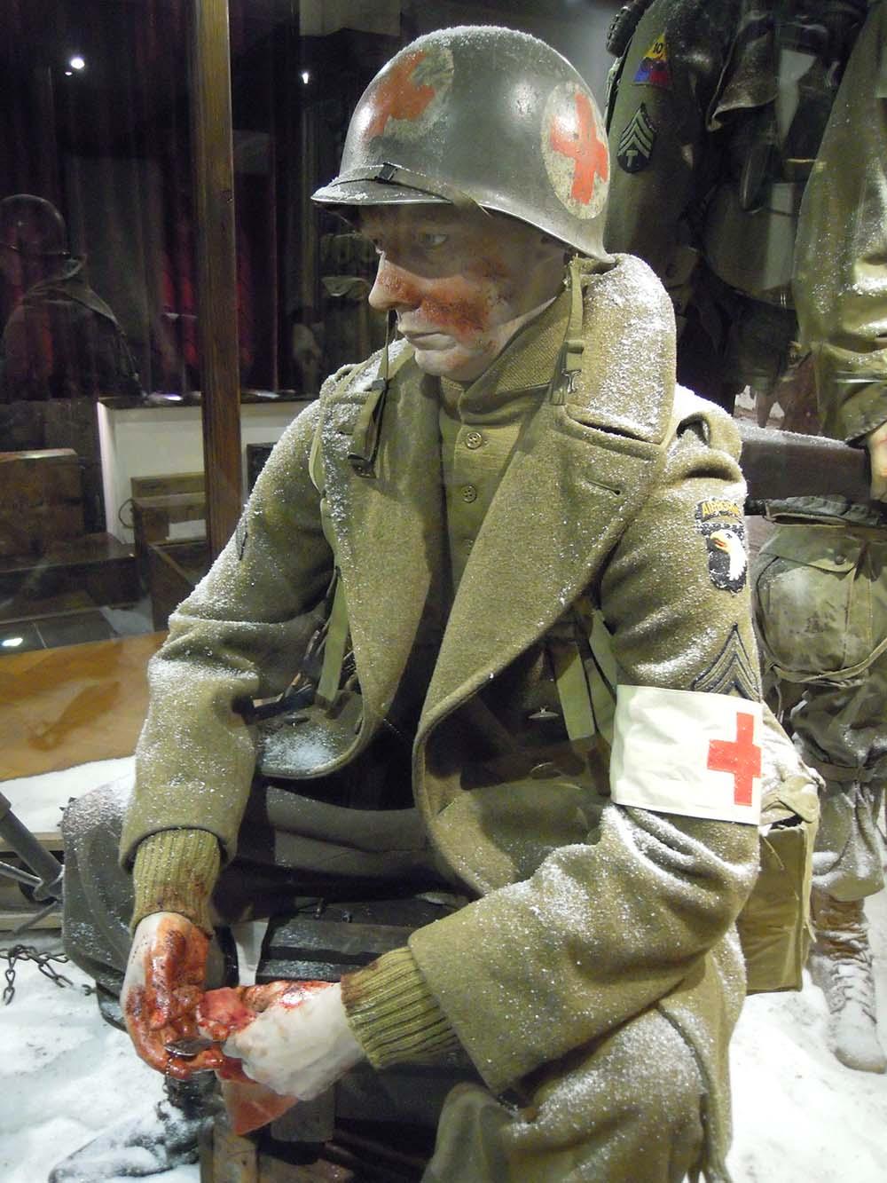 2014 Airborne 101 soldaat rode kruis low res