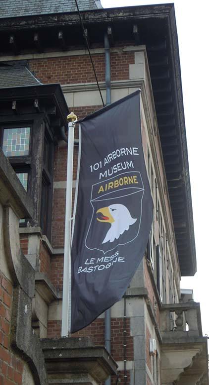 Bastogne Airborne Mesds vlag low res