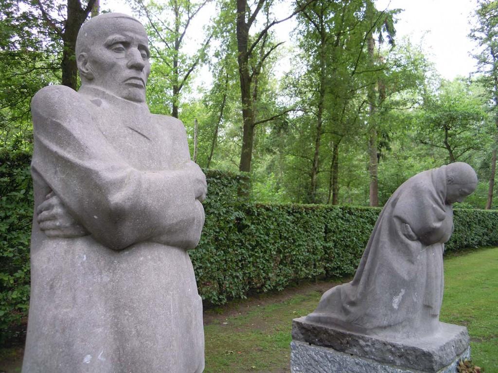 In Vladslo belgie is het beeld Het treurende ouderpaar van Käthe Kollwitz een grote publiekstrekker © Wilma Lankhorst