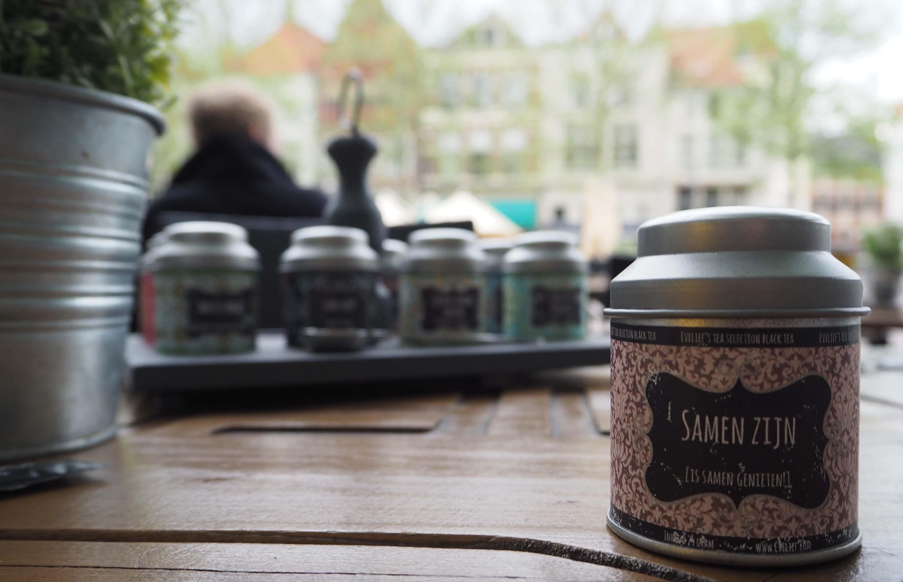 Hanzestad Deventer om de Brink liggen veel café, eethuizen en terrassen
