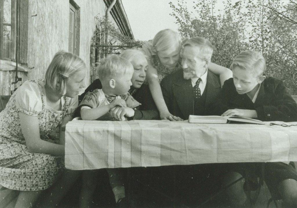 Käthe-und-Karl-Kollwitz-mit-Enkelkindern_1935 coll. Käthe Kollwitz Museum Keulen