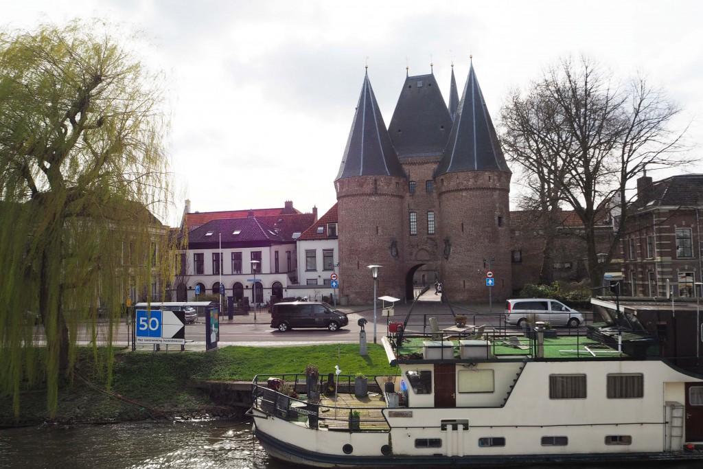 Koornmarktspoort in Hanzestad Kampen gezien vanaf m.p.s. sSlvina © Wilma Lankhorst