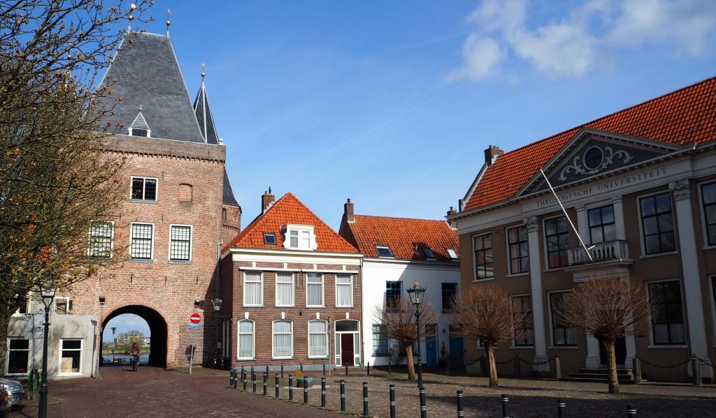 plein Bovenkerk in kampen met de Koornmarkts poort en het opleidingscentrum voor officieren van de KNMA © Wilma Lankhorst