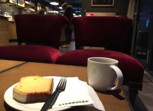 Koffie met cake bij Starbucks in Hanzestad Zwolle