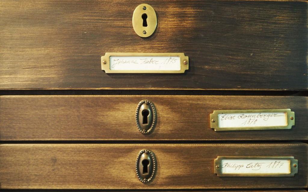 In het grote kabinet zijn honderden verhalen opgeslagen van Duitse emigranten © Wilma Lankhorst