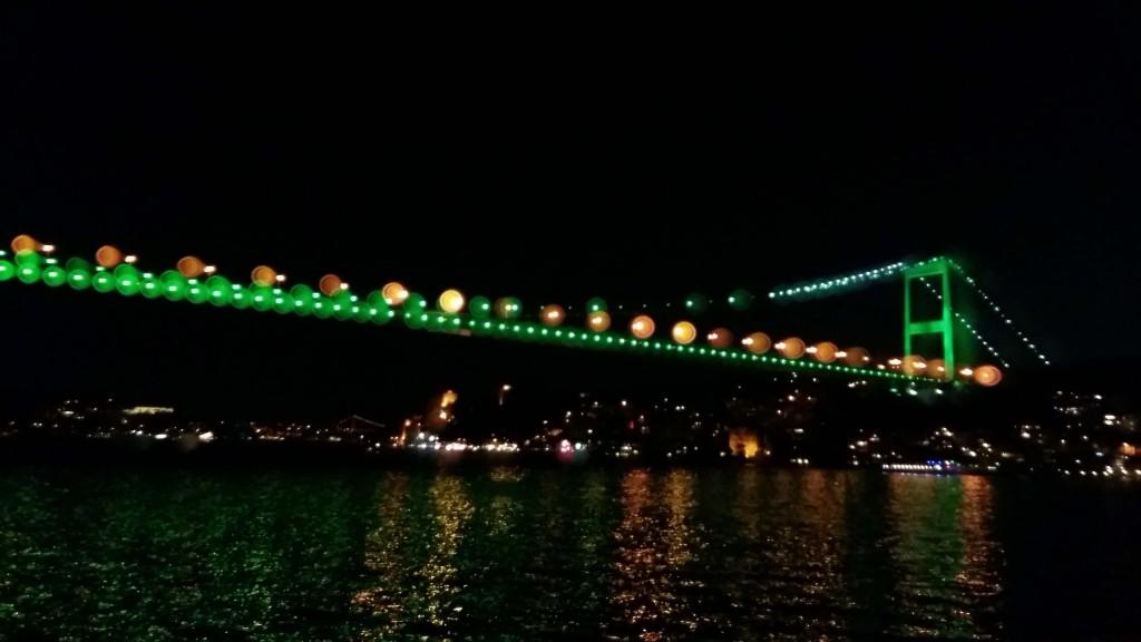 Verlichte hangbrug over de Bosporus in Istanbul © Wilma Lankhorst