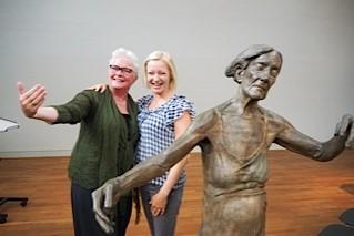 Wilma Lankhorst en Lotta Blokker met haar werk Pas de deux in Berlijn 2015