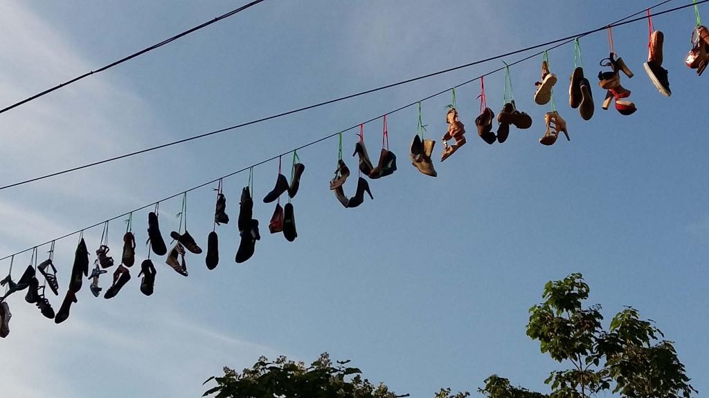 slinegers met schoenen in Ziekerstraat Nijmegen tijdens 4daagse