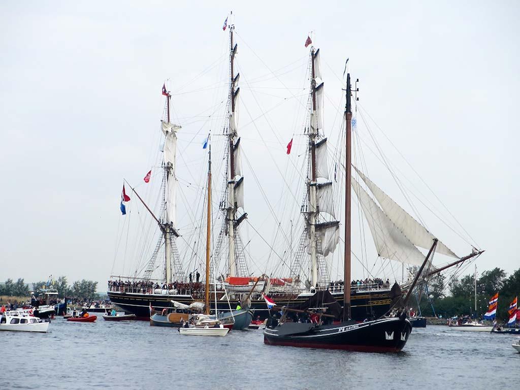 De stad Amsterdam voert de Sail in aan van IJmiuden naar Amsterdam © Roly Teunissen