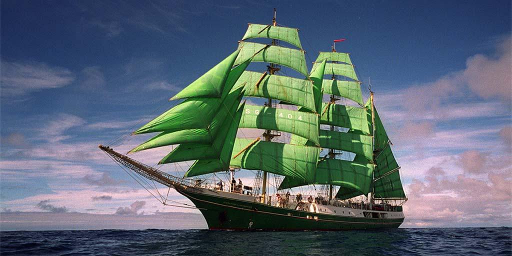 De s.s. Alexander van Humboldt in haar gloriedagen met groene zeilen foto Das Schiff