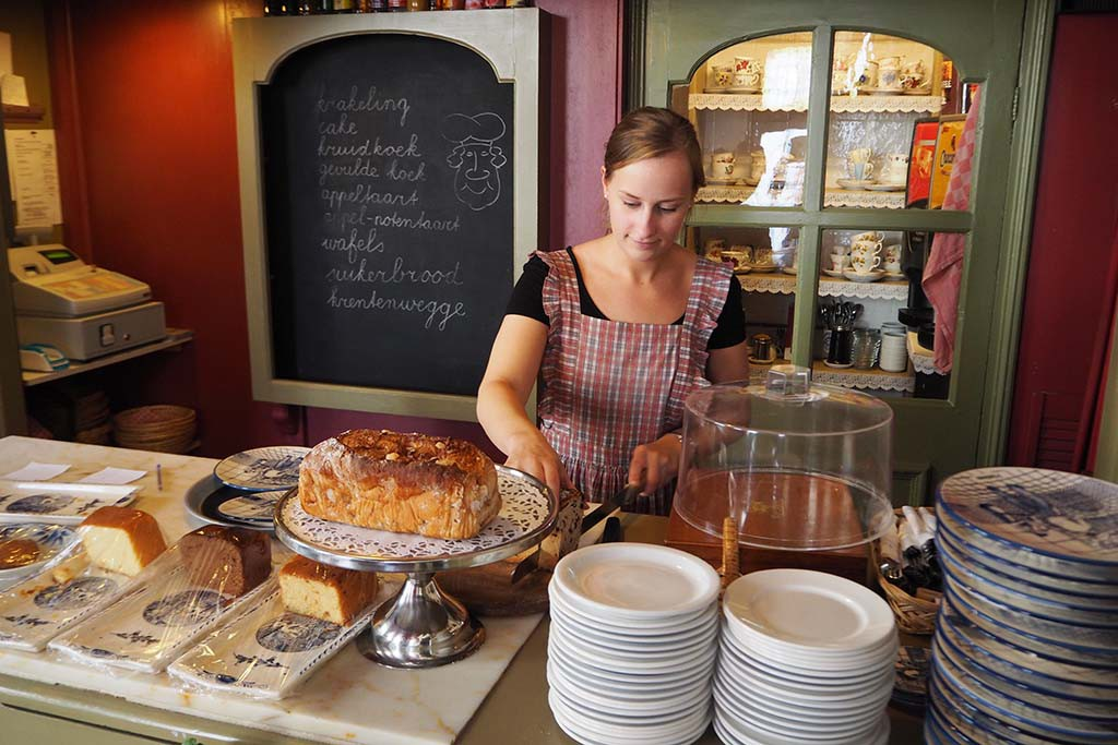 In de Gelagkamer van het Bakkerijmuseum in Hattem kun je heerlijk koffie drinken en krentenbrood eten © Wilma Lankhorst