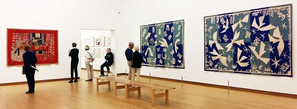 De motieven op de wandkleden links zijn gebaseerd op het verblijf van Matisse op Tahiti