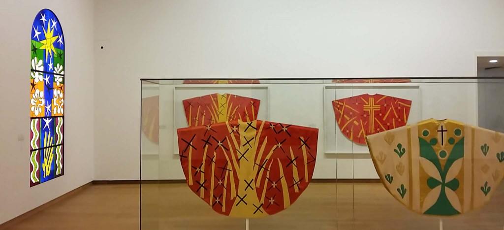 Henri Matisse schildert, ontwerpt kazuifels en vloerkleden en maakt beelden