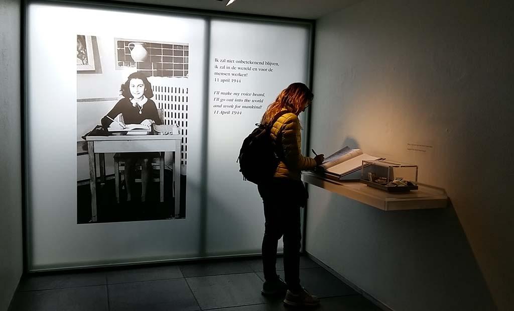 In het gastenboek staan bijzondere uitspraken in vele talen Anne Frank Huis