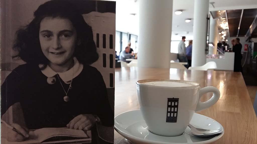 Amsterdam Anne Frank Huis na het bezoek_koffie en een museumboek © Wilma Lankhorst