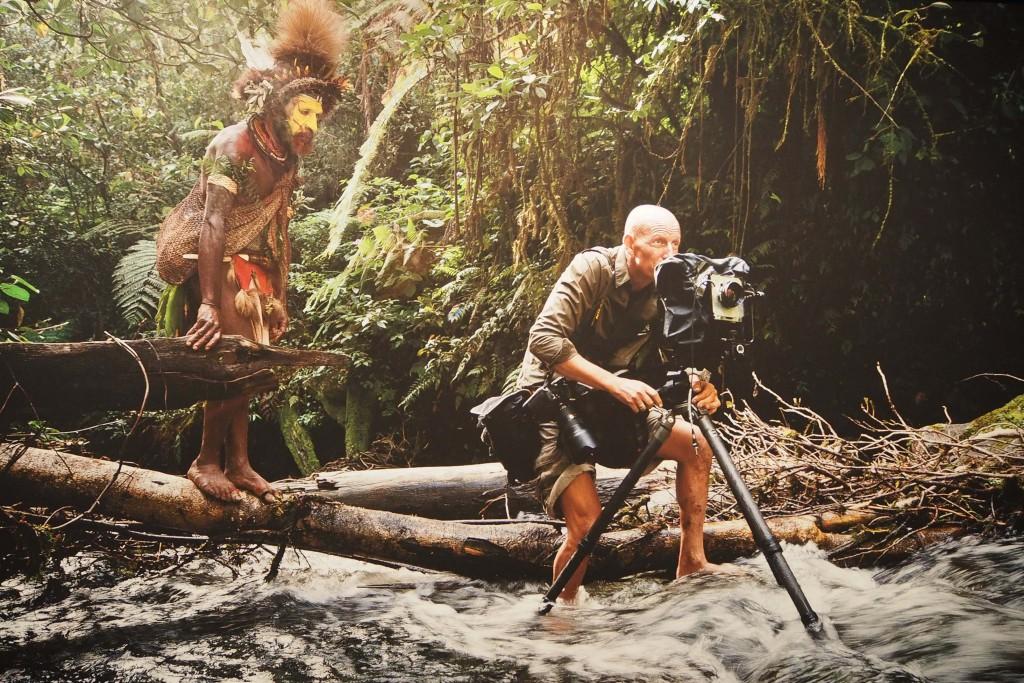 Etnisch fotograaf Jimmy Nelson aan het werk in Papua Nieuw Guinea © Museum Volkenkunde Leiden