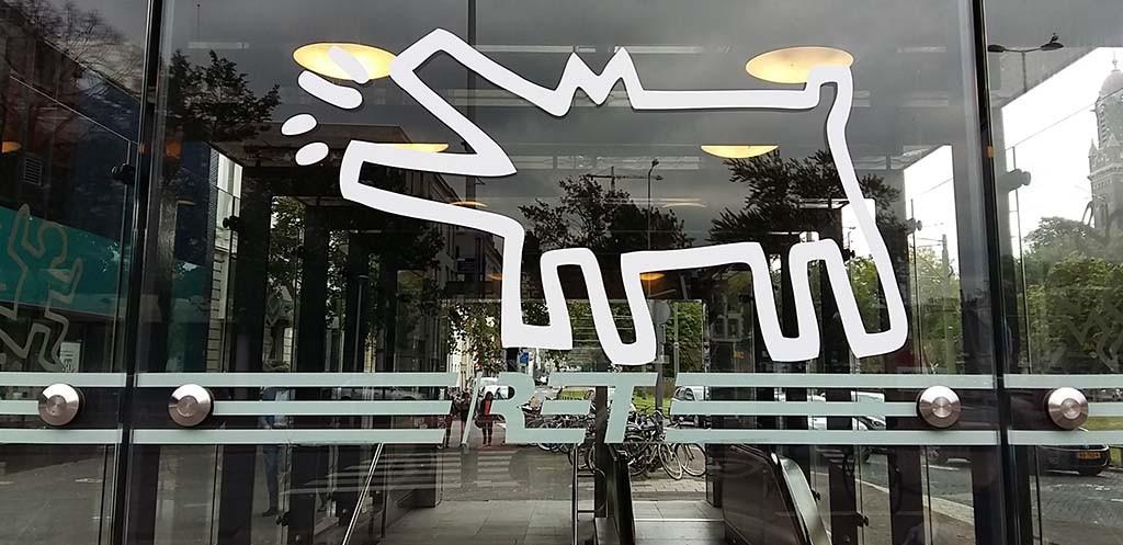 Op allerlei locaties in Rotterdam ontdek je Keith Haring iconen Kunsthal the political line