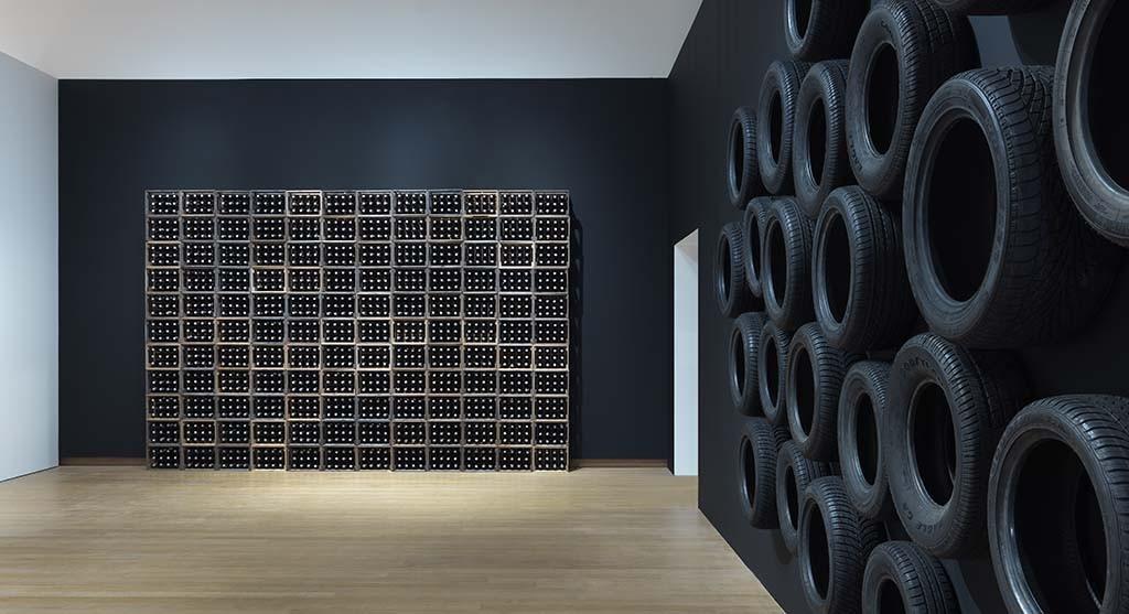 Stedelijk Museum  ZERO 2015 GJ.vanROOIJ_krattenwand jan Hendrikse en autobanden Armando
