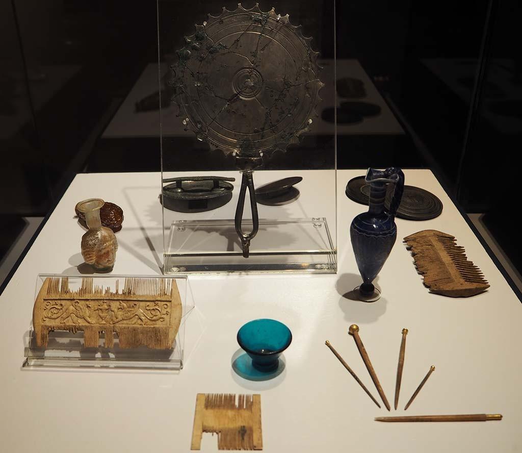Agrippa expo - vitrne met kammen - spiegels en flesjes RG Museum Keulen