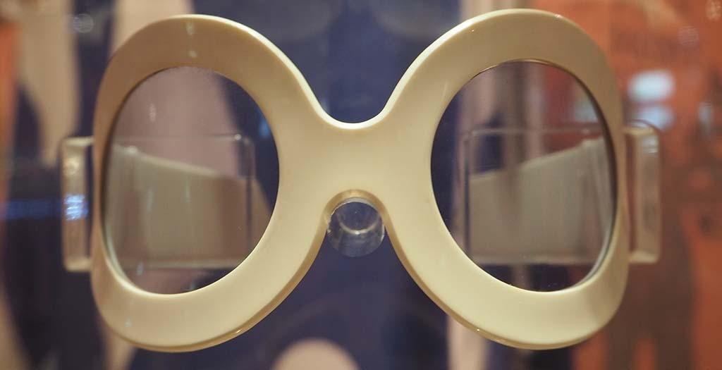 blog 1960 Bril met blauwe glazen collectie Modemuseum Hasselt B