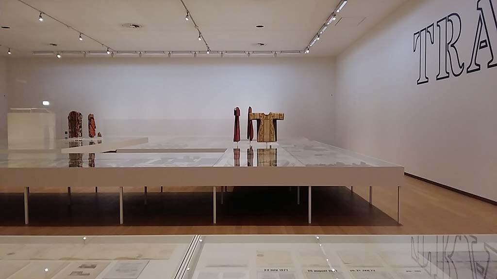 Wit verbindt alle onderdelen van Beyond Conceptual Art Seth Siegelaub Stedelijk Museum Amsterdam © Wilma Lankhorst