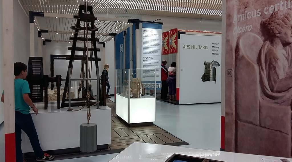 De expositie is ingedeeld naar negen thema's hier o.a. bouwkunde en de militairen © Wilma Lankhorst