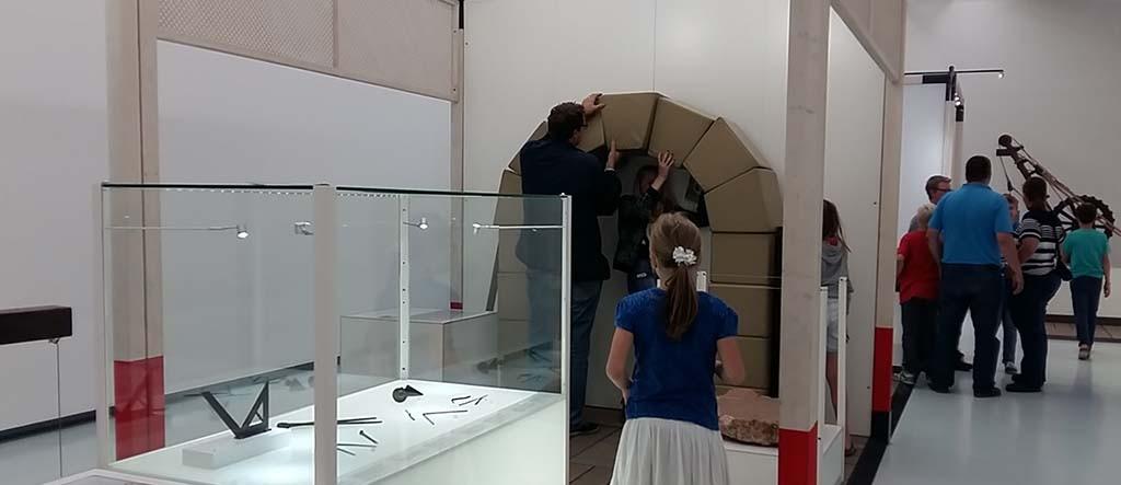 Samen een boog maken bij High Tech Romeinen Museum het Valkhof Nijmegen © Wilma Lankhorst