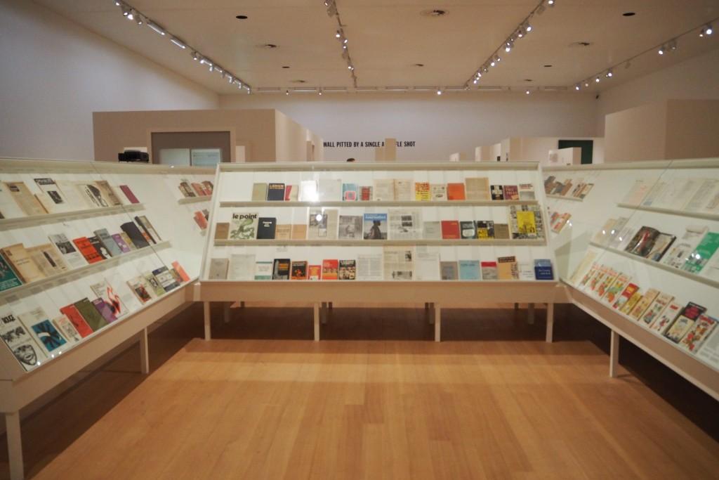 Overzicht van boeken over massacommunicatie en Marxisme van Seth Siegelaub © Stedelijk Museum AMS