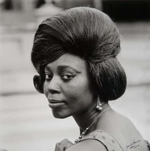 Eva - fotograaf James Barnor, 1960  © St. Nationaal Museum van Wereldculturen