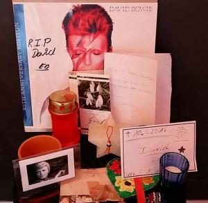 David Bowie Eerbetoon en bloemen in Groninger Museum © Wilma Lankhorst