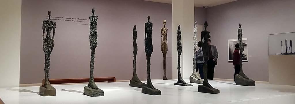 Alberto Giacametti zaal met lang gerekte figuren © Kunstmuseum Pablo Picasso in Müster