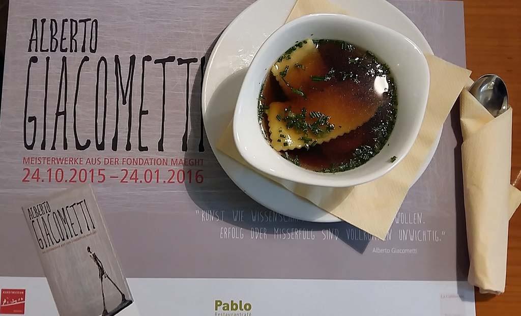 Tijdens expo Alberto Giacometti lunchen in Museumcafé La California in Picasso Museum Müster