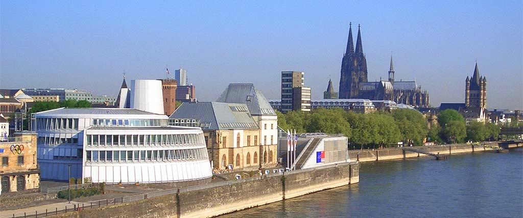 Keulen_ zicht vanaf de Rijn op het Chocoladenmuseum foto museum
