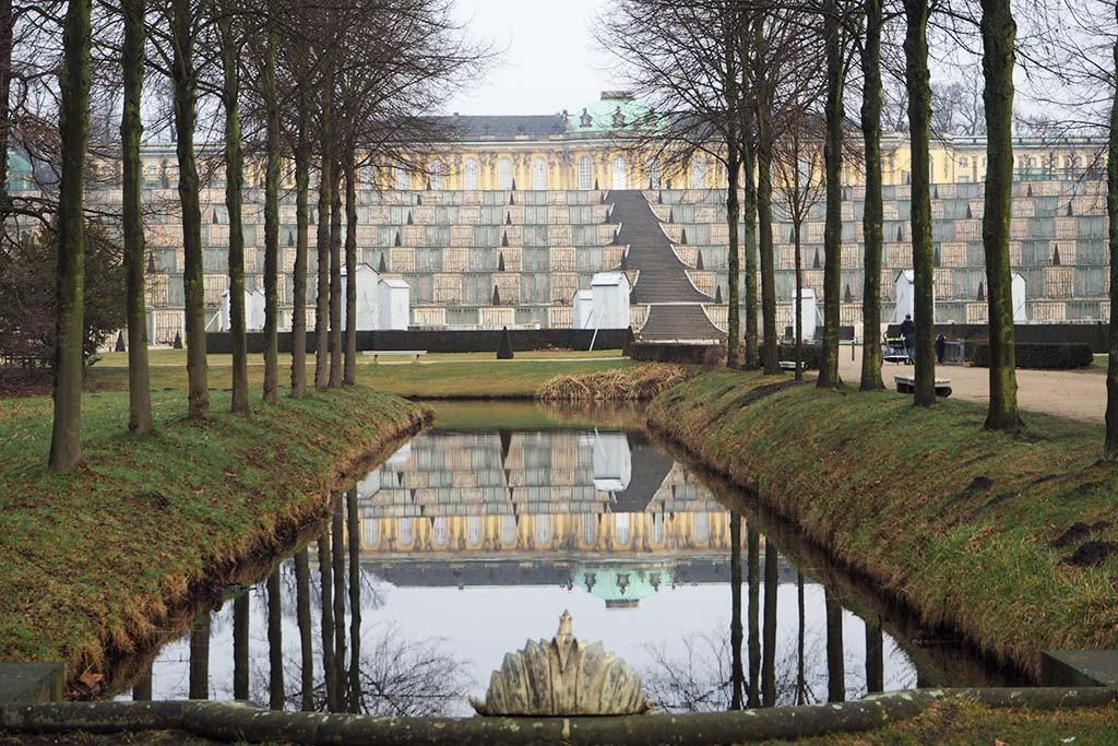 Voorjaar in park Sanssouci Paleis met op de voorgrond de wijnberg foto Wilma Lankhorst