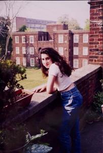 Amy Winehouse op het balkon bij haar oma coll. Jewish Museum London
