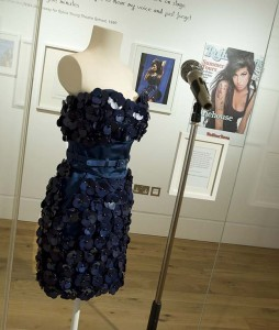 Amy Winehouse blauwe cocktal jurk ontwerp Luella Bartley collectie Jewish Museum London