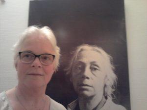 selfie Wilma Lankhorst met afb Käthe Kollwitz in museum in Keulen