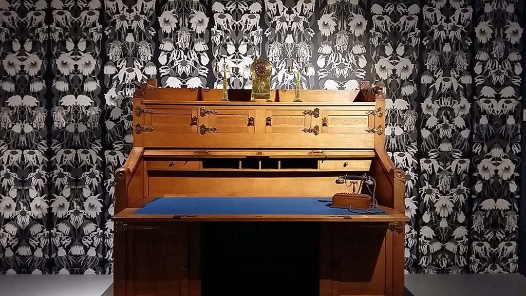 Beurs van berlage -Godfather of Dutch design - impressie met bureau en behangprint foto Wilma Lankhorst