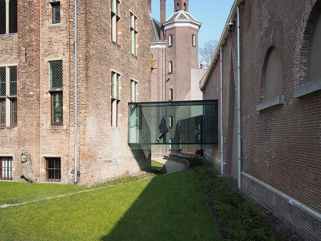 Een glazen brug verbindt de refter met de oude stallen in Centraal Museum Utrecht foto Hagen Zeisberg