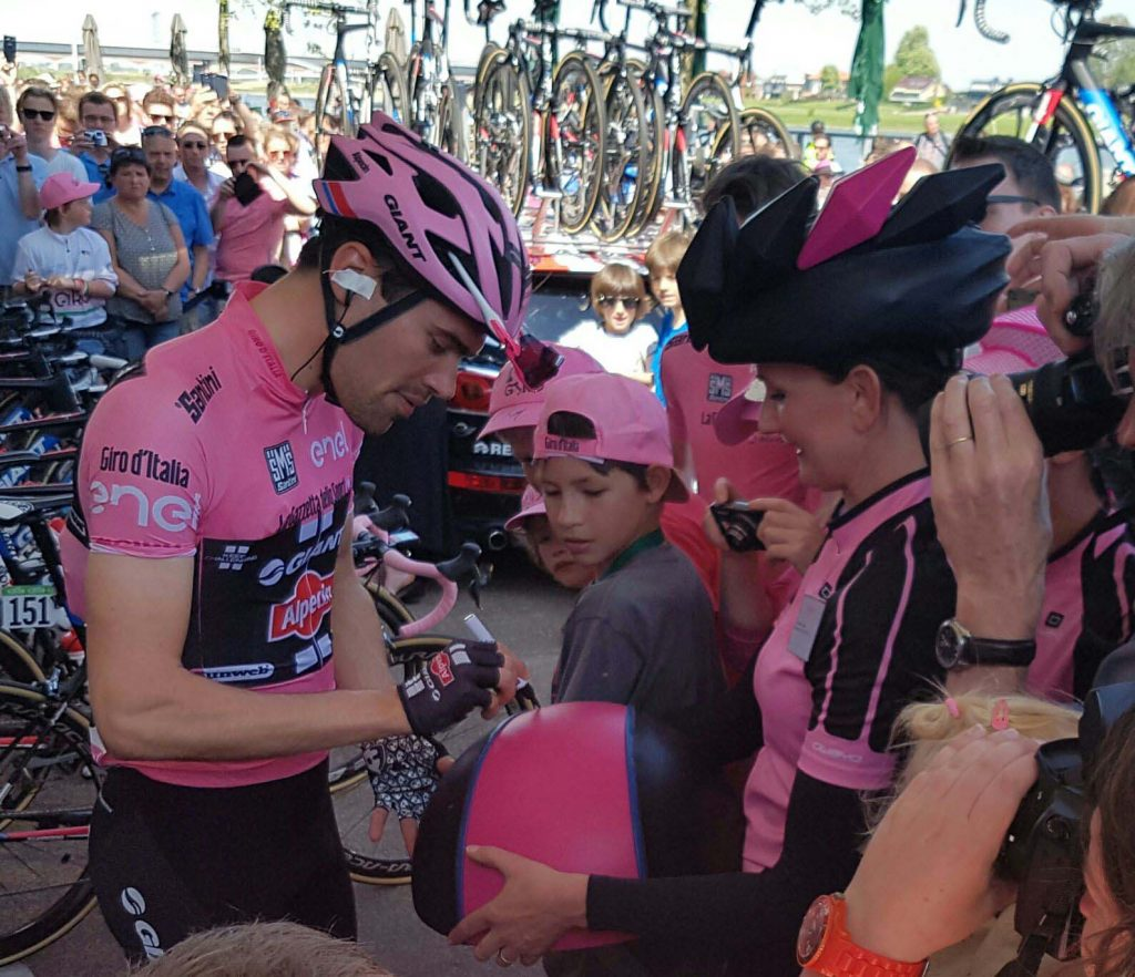 Giro 2016 Nijmegen Tom Dumoulin signeert speciale Giro Hoed van Marianne Jongkind - Cappello